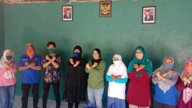 Photo of Endah Winarti sambangi Warga RT 09 RW 16 Mekarjaya sekalian pembagian Paket Sembako dan Masker